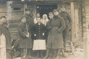 Grupė Lietuvos kariuomenės kariškių su moterimis. 1-oje eilėje dešinėje – Vincas Jonuška. [Apie 1920 m.]. PAVB F140-50
