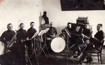 Ketvirtojo pėstininkų Lietuvos karaliaus Mindaugo pulko džiazo orkestras Pajuostyje. XX a. 4 deš. PKM GEK 19263