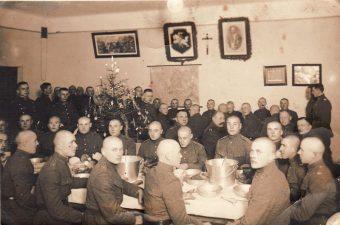 Ketvirtojo pėstininkų Lietuvos karaliaus Mindaugo pulko kariai prie Kūčių stalo Pajuostyje. 1932 12 24. A. Patamsio nuotrauka. PKM GEK 30066
