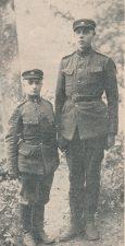 Ketvirtojo pėstininkų pulko mokomosios kuopos didžiausias (195 cm) ir mažiausias (158 cm) kareivis. Nuotrauka iš: Karys. 1931, nr. 3, p. 51