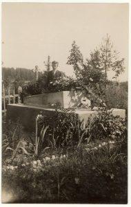 Petras Jonuška prie brolio karininko Vinco Jonuškos kapo Paįstrio (Panevėžio r.) kapinėse. 1926 m. PAVB F52-11