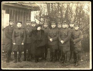 Lietuvos kariuomenės 5-ojo pėstininkų didžiojo Lietuvos kunigaikščio Kęstučio pulko karininkai. Iš kairės: 1-as pulko vadas Vladas Juozas Rėklaitis, 2-as karininkas Vincas Jonuška, 3-čias divizijos vadas Mykolas Velykis (iki 1921 02 01 – pulko vadas); iš dešinės 4-as jaun. karininkas Jonas Sližys. Daugailiai (Utenos r.), 1921 04 15. PAVB F8-659