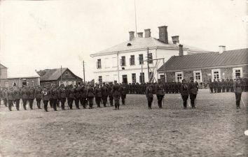 Ketvirtojo pėstininkų Lietuvos karaliaus Mindaugo pulko karių rikiuotė Nepriklausomybės aikštėje Panevėžyje. Apie 1927 m. PKM GEK 21670