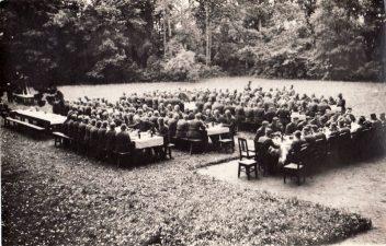 Ketvirtojo pėstininkų Lietuvos karaliaus Mindaugo pulko mokomosios kuopos, kuriai vadovavo leitenantas Pranas Kalpokas, išleistuvės Pajuostyje. Apie 1936 m. PKM GEK 22924