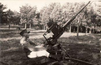 Ketvirtojo pėstininkų Lietuvos karaliaus Mindaugo pulko mokomosios kuopos šaudymo iš priešlėktuvinių pabūklų pratybos Pajuostyje. 1936 m. PKM GEK 22921