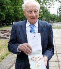 Tėvui skirtą Panevėžio garbės piliečio vardo ženklą atsiėmė iš Amerikos atvykęs Jonas Variakojis. A. Švelnos nuotrauka iš: http://panskliautas.lt/tevo-palikimas-sunaus-garbes-reikalas-nuotraukos