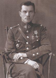 Pulkininkas leitenantas Jonas Variakojis. 1926 m. Nuotrauka iš: Lietuvos karžygiai: Vyties Kryžiaus kavalieriai (1918–1940). Vilnius, t. 6 (2014), p. 373
