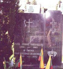 Jono Variakojo kapas Lietuvių tautinėse kapinėse Čikagoje. Nuotrauka iš: http://www.selonija.lt/2016/02/29/birzieciai-dp-stovyklose-iii/