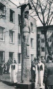 Koplytstulpis Jonui Variakojui Panevėžyje. Nuotrauka iš: Panevėžio rytas. 1996, bal. 23, p. 3
