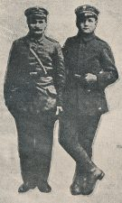 Ramygaliečiai savanoriai – tėvas su sūnumi. Sūnui jau bekovojant fronte su priešu, senas tėvas, metęs plūgą, taip pat išėjo savo vaikų keliais jiems padėti tėvynę vaduoti. Nuotrauka iš: Savanoris, 1918–1920. Kaunas, 1929, p. 149