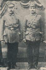 """Ramygaliečiai savanoriai (Narsutis ir Karutis). Jie, napaisydami savo senyvo amžiaus, 1919 m. metė savo šeimas ir išėjo kariuomenėn jauniesiems padėti tėvynę iš priešų vaduoti. – """"Nejaugi – sako – mes jaunikliams užsileisime!"""" O tokių lietuviškų senukų buvo ir daugiau. Nuotrauka iš: Savanoris, 1918–1920. Kaunas, 1929, p. 186"""