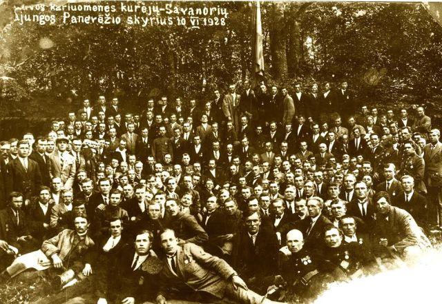 1. Lietuvos kariuomenės kūrėjų savanorių sąjungos nariai. 1928 m. Nuotrauka iš privačios kolekcijos