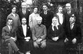 Variakojų šeima. Sėdi iš kairės: plk. ltn. Jonas Variakojis, duktė Darata Variakojytė, tėvai Jurgis ir Zanė Variakojai, sūnus Julius. Stovi iš kairės: sūnus Petras su žmona Koste, sūnus Jurgis su žmona Emilija, duktė Emilija Januševičienė su vyru Motiejumi. Apie 1928 m. BKM. Nuotrauka iš: http://www.selonija.lt/2015/10/07/ir-sviesa-mus-zingsnius-telydi-iii-skiriama-rinkuskiu-kaimo-sviesuoliams/