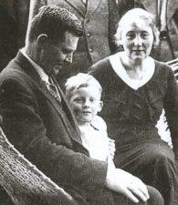 Jonas Variakojis su žmona Elena ir sūnumi Jonu. Nuotrauka iš: Lietuvos kariuomenės karininkai, 1918–1953. Vilnius, t. 8 (2008), p. 185