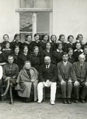 """3. G. Petkevičaitė-Bitė (sėdi penkta iš kairės) tarp Panevėžio valstybinės gimnazijos mokytojų ir mokinių. Iš Panevėžio apskrities G. Petkevičaitės-Bitės viešosios bibliotekos virtualios parodos """"Gabrielė Petkevičaitė-Bitė"""""""