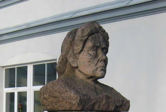 1. G. Petkevičaitės-Bitės paminklinis biustas (skulpt. B. Bučas) prie Panevėžio J. Balčikonio gimnazijos. L. Kaziukonio nuotrauka