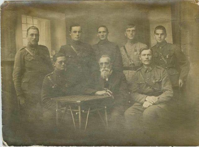 Nepriklausomybės kovų dalyviai su dr. Jonu Basanavičiumi. XX a. 3 deš. Nuotrauka iš privačios kolekcijos
