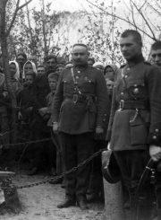 2. Jono Nastopkos perlaidojimas Biržuose (J. Variakojis su karininko kardu). 1920 m. Nuotrauka iš Panevėžio kraštotyros muziejaus rinkinio