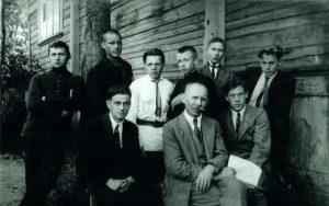 2. Nepriklausomybės dešimtmečio medalio kūrėjas skulptorius Juozas Zikaras su moksleiviais. XX a. 3 deš. Nuotrauka iš privačios kolekcijos