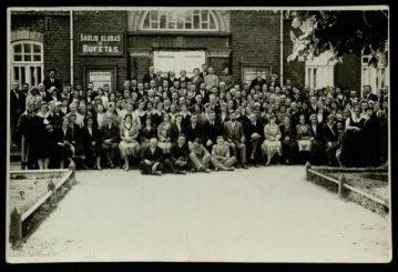 1. Panevėžio mokytojai po spektaklio prie Šaulių teatro pastato. 1932 m. Nuotrauka iš Panevėžio apskrities G. Petkevičaitės-Bitės viešosios bibliotekos rinkinių