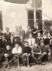 3. Jonas Yčas, Mykolas Karka su Panevėžio valstybinės gimnazijos orkestru. 1921 m. Nuotrauka iš Panevėžio kraštotyros muziejaus rinkinių