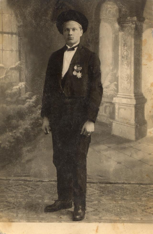 1. Petras Tarutis su iškovotais medaliais. Nuotrauka iš privačios kolekcijos