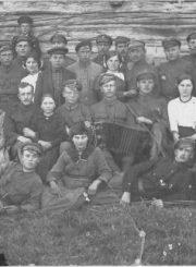 3. Jonas Variakojis (sėdi ketvirtas iš kairės) su Jonavos jaunimu. XX a. 3 deš. Nuotrauka iš Panevėžio kraštotyros muziejaus rinkinio