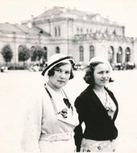 Aldona Didžiulytė-Kazanavičienė ir Salomėja Nėris Klaipėdoje 1932 m.