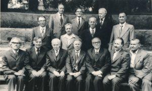 Ukmergės valstybinės mokytojų seminarijos I-osios laidos absolventų susitikimas. 1-oje eilėje iš kairės 3-ias buvęs mokytojų seminarijos pedagogas Jonas Motiekaitis. 2-oje eilėje iš kairės 2-as Stasys Šneideris. Ukmergė. 1980.06.28. Nuotrauka iš Jūratės Šneiderytės-Degutienės asmeninio archyvo
