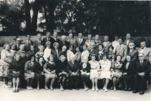 Ukmergės valstybinės mokytojų seminarijos I-osios laidos absolventų susitikimas. 1-oje eilėje centre buvęs mokytojų seminarijos pedagogas Jonas Motiekaitis. 3-ioje eilėje iš dešinės 3-ias Stasys Šneideris. Ukmergė. 1980.06.28. Nuotrauka iš Jūratės Šneiderytės-Degutienės asmeninio archyvo