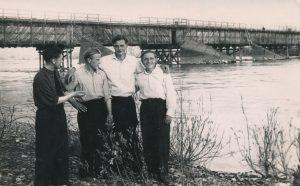 Lietuviai tremtiniai prie tilto per Omčiugo upę. Iš kairės: Stasys Šneideris, Antanas Norvila, Mečys Vrubliauskas, Vincas Norvila. Ust Omčiugas (Tenkos r., Magadano sr.). 1953 m. PAVB F51-64