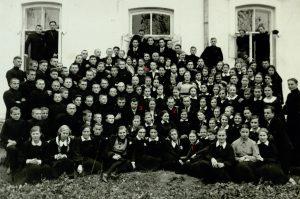 Panevėžio ateitininkų rajono surengtų visos Lietuvos ateitininkų kursų dalyviai. 1-a Pranė Aukštikalnytė (vėliau Jokimaitienė), 2-as kun. Alfonsas Sušinskas, 3-ias Bronius Stasiukaitis, 4-as Stasys Šneideris. Fotogr. J. Žitkaus. Panevėžys. 1937.11.01–02. Nuotrauka iš Panevėžio vyskupijos kurijos archyvo