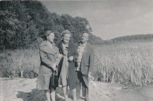 Stasys ir Janina Šneideriai su panevėžiete farmacininke, poete Irena Fridmanaite-Alekniene Daugpilio apylinkėse. Apie 1974 m. Panevėžio apskrities G. Petkevičaitės-Bitės viešoji biblioteka, Stasio Šneiderio rankraščių fondas F51-68