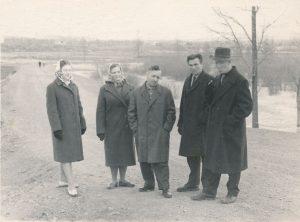 Stasys ir Janina Šneideriai su kitais lietuviais tremtiniais. Ust Omčiugas (Tenkos r., Magadano sr.). Apie 1957 m. PAVB F51