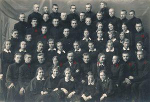 """Panevėžio moksleiviai – literatų būrelio """"Meno kuopa"""" nariai su globėju mokytoju Petru Rapšiu. 1-as Bronius Barzdžiukas, 2-a Juzė Stanevičiūtė, 3-ias Petras Rapšys, 4-a Pranė Aukštikalnytė (vėliau Jokimaitienė), 5-as kuopos pirm. Stasys Šneideris, 6-as Juozas Subatavičius, 7-as Jonas Juozevičius, 8-as Jonas Stasiūnas, 9-as Pilypas Žukauskas-Narutis, 10-as Aleksandras Petkevičius. Fotogr. J. Žitkaus. Panevėžys. 1937 m. PAVB F70-777"""