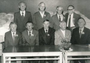 Ukmergės valstybinės mokytojų seminarijos I-osios laidos (1940 m.) absolventų susitikimas po 45 metų. 1-oje eilėje iš dešinės 2-as Stasys Šneideris. Ukmergė. 1985 m. Panevėžio apskrities G. Petkevičaitės-Bitės viešoji biblioteka, Stasio Šneiderio rankraščių fondas F51