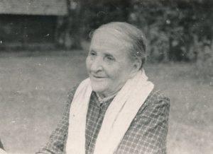 Stasio Šneiderio motina Darata Grigaliūnaitė-Šneiderienė. Varšauka (Panevėžio r.). 1961 m. Nuotrauka iš Jūratės Šneiderytės-Degutienės asmeninio archyvo
