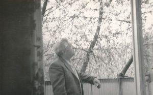 Stasys Šneideris savo buto Daugpilyje balkone. Panevėžio apskrities G. Petkevičaitės-Bitės viešoji biblioteka, Stasio Šneiderio rankraščių fondas F51-69