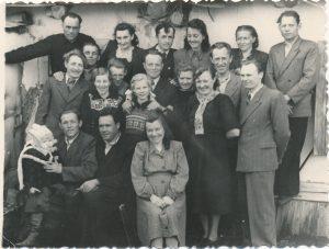 Stasys Šneideris (viršutinėje eilėje iš kairės 3-ias) su kitais lietuviais tremtiniais. Ust Omčiugas (Tenkos r., Magadano sr.). PAVB F51-63