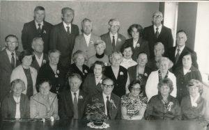 Ukmergės valstybinės mokytojų seminarijos I-osios laidos (1940 m.) absolventų susitikimas po 45 metų. Viršutinėje eilėje iš kairės 3-ias Stasys Šneideris. Ukmergė. 1985 m. PAVB F51
