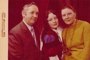 Stasys ir Janina Šneideriai su dukra Jūrate. Daugpilis. 1975 m. Nuotrauka iš Jūratės Šneiderytės-Degutienės asmeninio archyvo