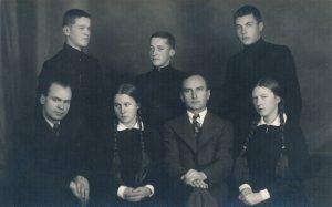 """Panevėžio moksleivių literatų būrelio """"Meno kuopa"""" 1937–1938 m. valdybos nariai su globėjais mokytojais Petru Juodeliu ir Petru Rapšiu. 1-oje eilėje iš kairės: Petras Juodelis, Juzė Stanevičiūtė, Petras Rapšys, Pranė Aukštikalnytė (vėliau Jokimaitienė). 2-oje eilėje iš kairės: Bronius Barzdžiukas, kuopos pirm. Stasys Šneideris, Vytautas Stukas. Fotogr. J. Žitkaus. Panevėžys. 1937 m. PAVB F70-779-1"""