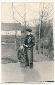 Stasys Šneideris su dukra Jūrate. Ust Omčiugas (Tenkos r., Magadano sr.). Apie 1958 m. PAVB F51