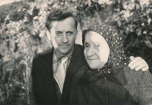 Stasys Šneideris su motina Darata Šneideriene, laikinai grįžęs į Lietuvą. Varšauka (Panevėžio r.). 1961 m. PAVB F51-65