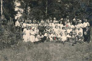 Panevėžiečių moksleivių ateitininkų tradicinė šventė. 1-a Elena Gabulaitė, 2-as kun. Alfonsas Sušinskas, 3-ias Stasys Šneideris. Panevėžys, 1936.06.16–06.17. PAVB F9-1306