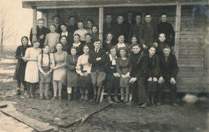 Mokytojas Stasys Šneideris su Įstricos, Mitabynės, Kašiaburio, Abukauskynės kaimų jaunimu rusų kalbos kursuose. Kašiaburis (Panevėžio r.). 1941.04.20. PAVB F51-62