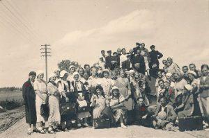 Panevėžiečiai moksleiviai ateitininkai ekskursijoje į Pabiržę ir Biržus. 1-a Elena Gabulaitė, 2-as kun. Alfonsas Sušinskas, 3-ias Stasys Šneideris. 1936 m. PaAVB F9-1305