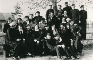 """Panevėžiečiai moksleiviai ateitininkai, žurnalo """"Ateitis"""" bendradarbiai ir platintojai, su kunigu Alfonsu Sušinsku. 1-as kun. Alfonsas Sušinskas, 2-as Stasys Šneideris, 3-ia Pranė Aukštikalnytė (vėliau Jokimaitienė), 4-a Elena Gabulaitė, 5-as Aleksandras Petkevičius, 6-as Pilypas Žukauskas-Narutis. Fotogr. J. Žitkaus. Panevėžys. 1937 m. PAVB F9-1485"""