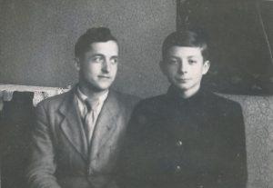 Stasys Šneideris su sūnėnu Vaidotu Antanaičiu. Kaunas. 1945 m. Panevėžio apskrities G. Petkevičaitės-Bitės viešoji biblioteka, Stasio Šneiderio rankraščių fondas F51