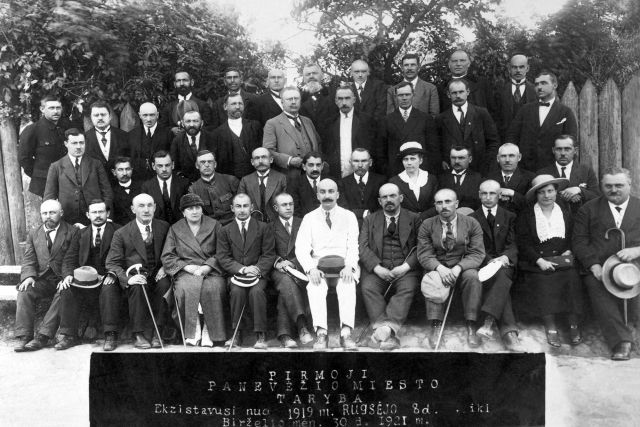 1. Pirmoji Panevėžio miesto savivaldybės taryba. Nuotrauka iš Panevėžio kraštotyros muziejaus rinkinio